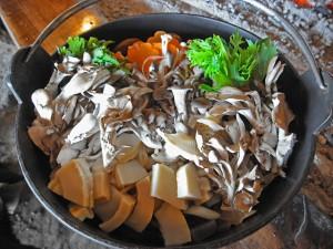 鈴加園のしし鍋は地のきのこ類と野菜がたっぷり