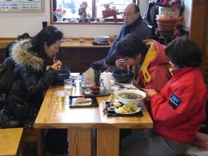 地域事業モニター3名も昼食。鈴ひろデラックスを。