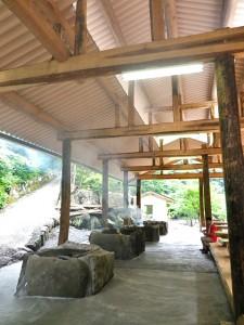 囲炉裏側はコンクリート敷。煙が出ても、高い天井から効率よく排気