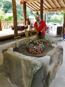 囲炉裏の火の廻りに刺してじっくりと焼き上げます