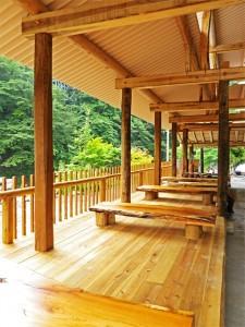 板の間には重厚な天然木のテーブル