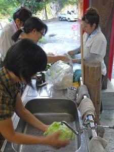 お母さん方は備え付けの水場で野菜の準備