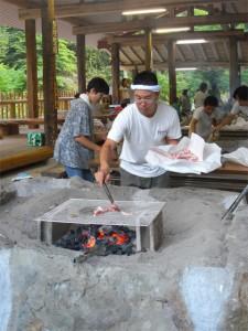 お父さん方は囲炉裏の火おこし、そしてお肉を焼きます
