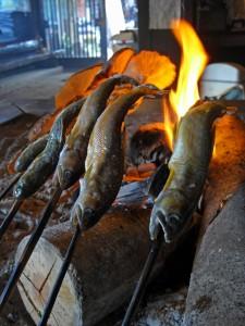 店内の囲炉裏で焼かれる魚とシイタケ