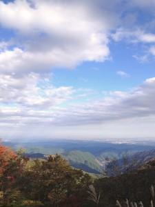 近くの峠の頂上から撮影。東京の高層ビルが見えました。きれいな紅葉が見られます。