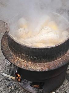 大鍋で茹でます