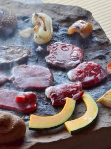 新鮮なお肉と旬の野菜のジビエ料理、石器焼き。オススメです。