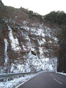 「秩父観光なび」より中津峡・出合「氷の滝」
