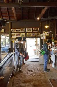 いままでの取材の写真がある鈴加園玄関内側。