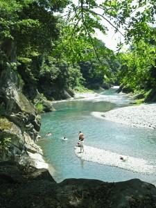 子どもと一緒に川遊び