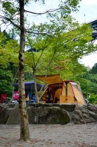 薪ストーブの煙突がテントからにょっきり
