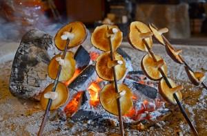 囲炉裏で焼くと格別です。