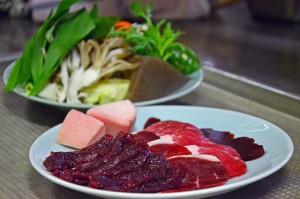 お肉とたくさんの野菜、きのこを石器焼きで頂きます