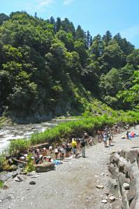 荒川本流脇の小川で水遊び
