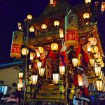 提灯で飾り付けられた山車