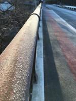 橋が霜で凍っていて道も凍っています