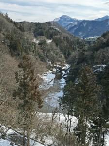 鈴加園の大窓からの荒川の雪景色