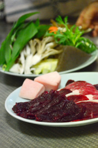 新鮮なお肉とたくさんの野菜ときのこ