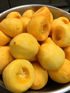 大きな柿を奇麗に剥いてスライスします