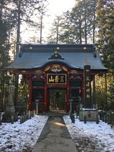 雪の残る三峯神社