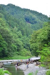 山間の荒川の清流で水遊び