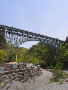 国道140号のキャンプ場にかかる荒川橋