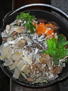 猪肉を入れる前は、たくさんの野菜ときのこが入っています。