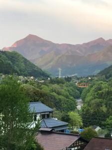 夕日のあたる武甲山