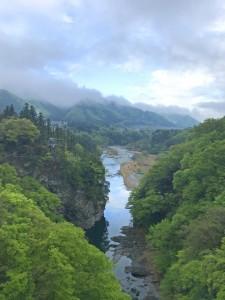 荒川と新緑の山々