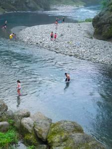 荒川での水遊び
