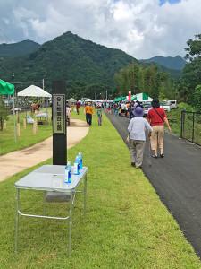 公園入り口では、マスク着用の呼びかけと除菌スプレイが設置されていました
